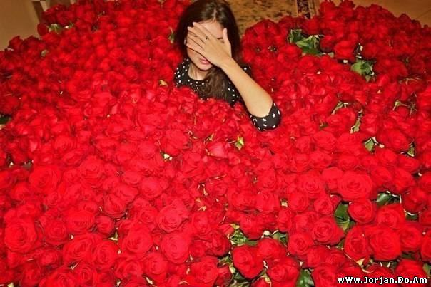 Много девушек с цветами